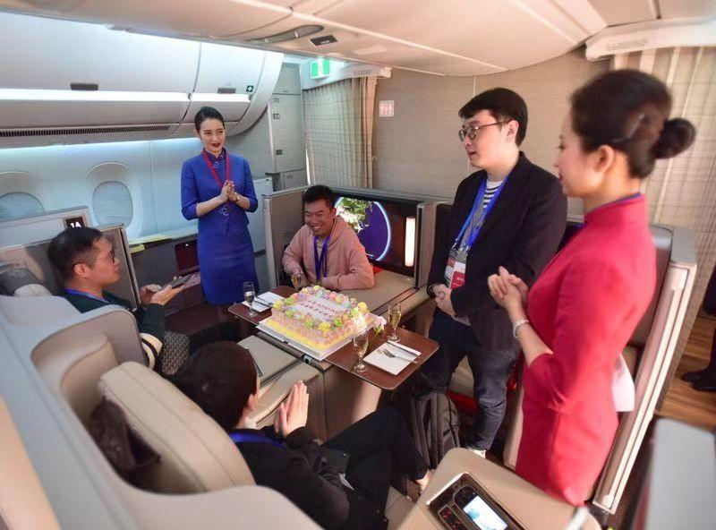 东航应邀参加首架A350接机仪式的幸运旅客有一位恰逢11月30日生日,在包厢式豪华公务舱庆生