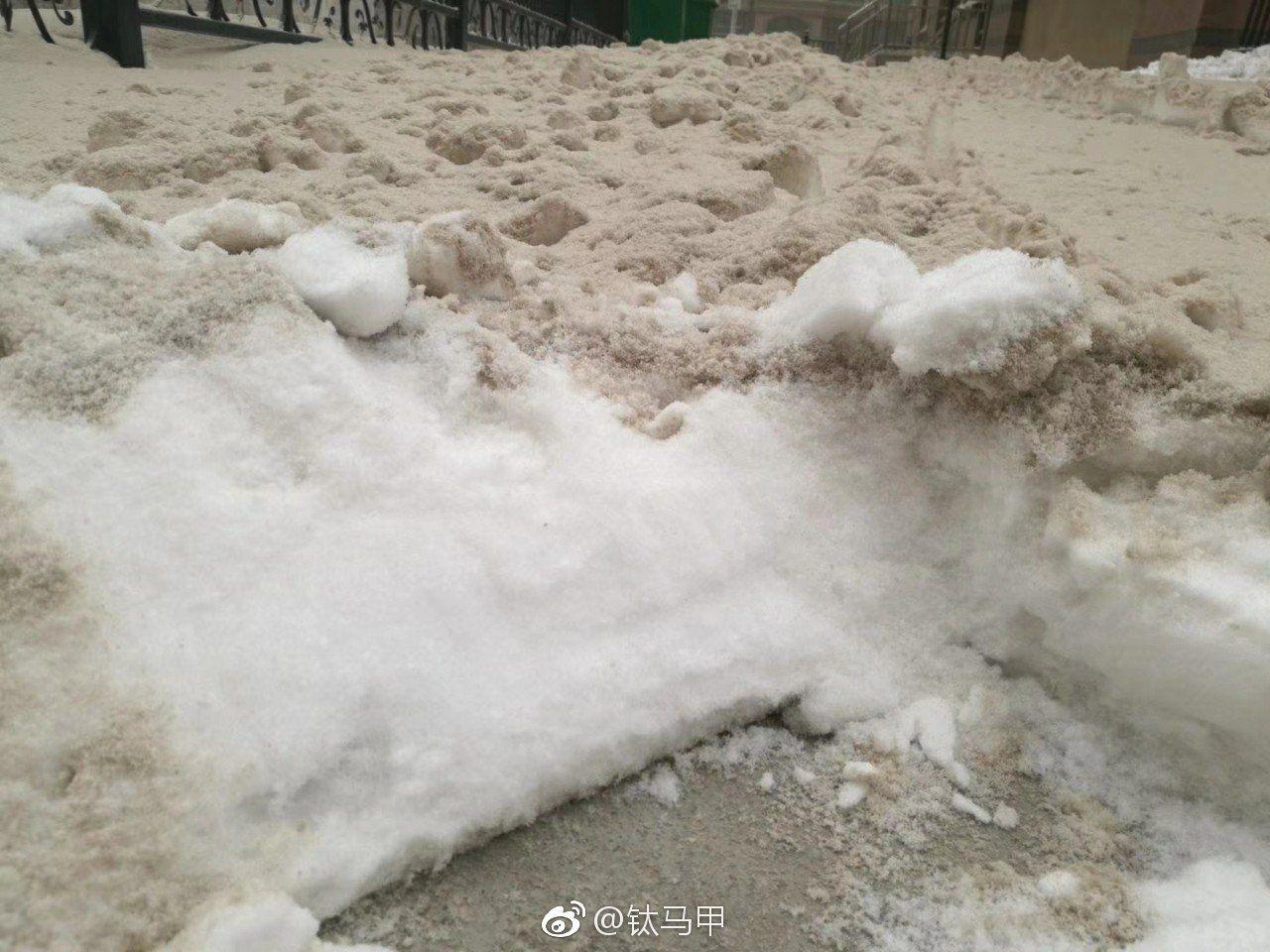 """乌鲁木齐沙尘雪 来源/微博""""钛马甲"""""""