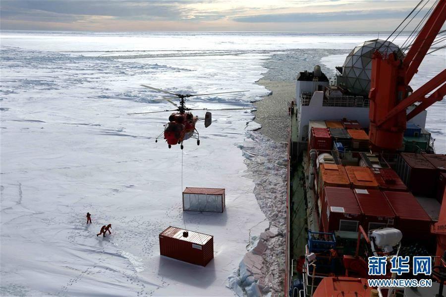 雪龙号到达中山站冰上卸货点 直升机展开吊运作业