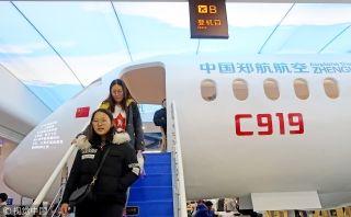 2018年12月2日,郑州航空工业管理学院打造了一个航空主题餐厅,一架国产C919飞机模型亮相东苑餐厅楼。来源:视觉中国