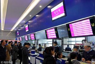 """售饭窗口""""变身""""值机柜台,""""国内航班候机区""""导视牌,以及星空顶灯,餐厅的各个细节都给人一种登机的真实感,吸引了许多学生前来参观体验、就餐。来源:视觉中国"""