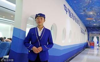 空姐装扮的餐厅工作人员。来源:视觉中国