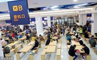 餐厅的入口变成了登机口,各个细节都给人一种登机的真实感,吸引了许多学生前来参观体验、就餐。来源:视觉中国