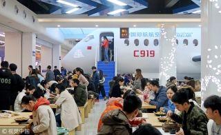 """酷!国产C919飞机""""开进""""郑州一高校食堂"""