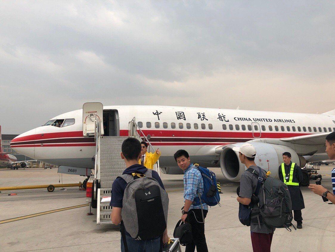 登机过程中,监护人员进行组织