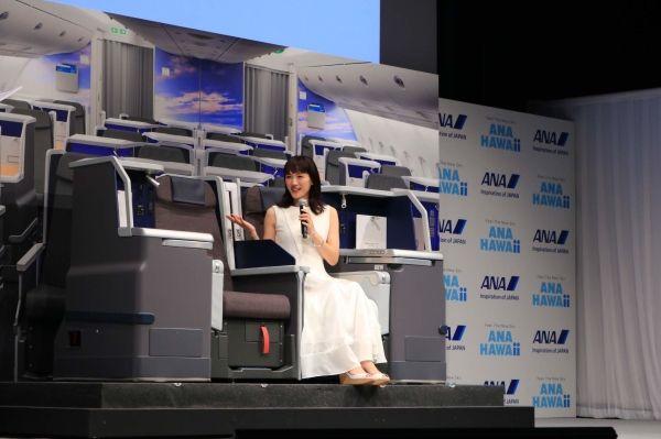 绫濑遥在发布会上体验全日空A380飞机商务舱座椅 摄影:官网
