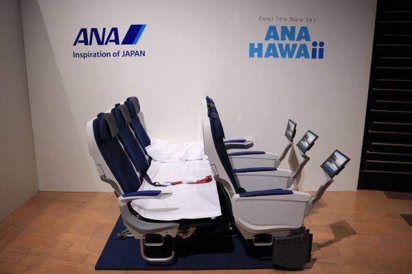 全日空A380飞机主舱经济舱沙发椅,同一排相邻三个或四个座椅可换成平坦的沙发。 摄影:官网
