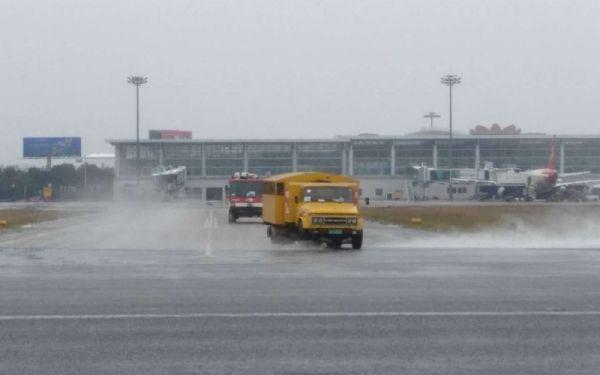 黄山机场积极应对冰雪确保空路畅通