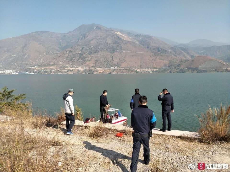 两男子汉源湖上飞滑翔伞  操作不当坠湖被救起