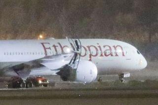 埃塞俄比亚航空787客机撞上机场灯柱 航班取消