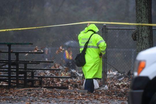 调查人员在坠机事故现场进行调查。来源:John