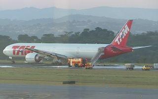 南美航空一架客机因故障紧急备降 12只轮胎爆裂
