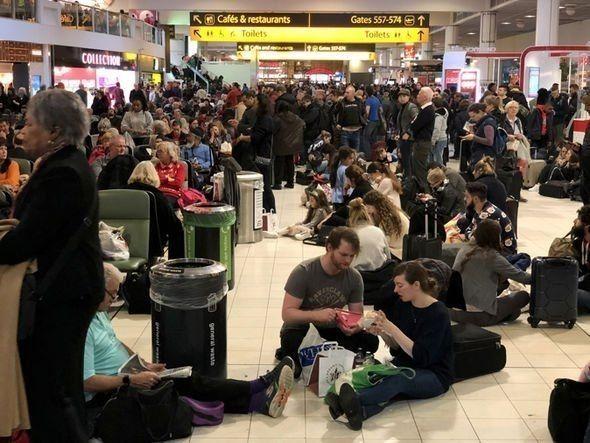 图:旅客滞留盖特威克机场