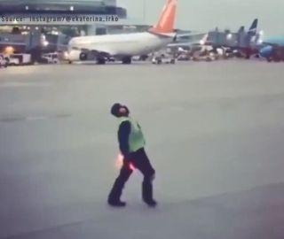 视频|多伦多机场一名被机务耽误的抖音网红
