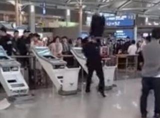 视频:韩国男子未拿到行李 疯狂打砸机场设备