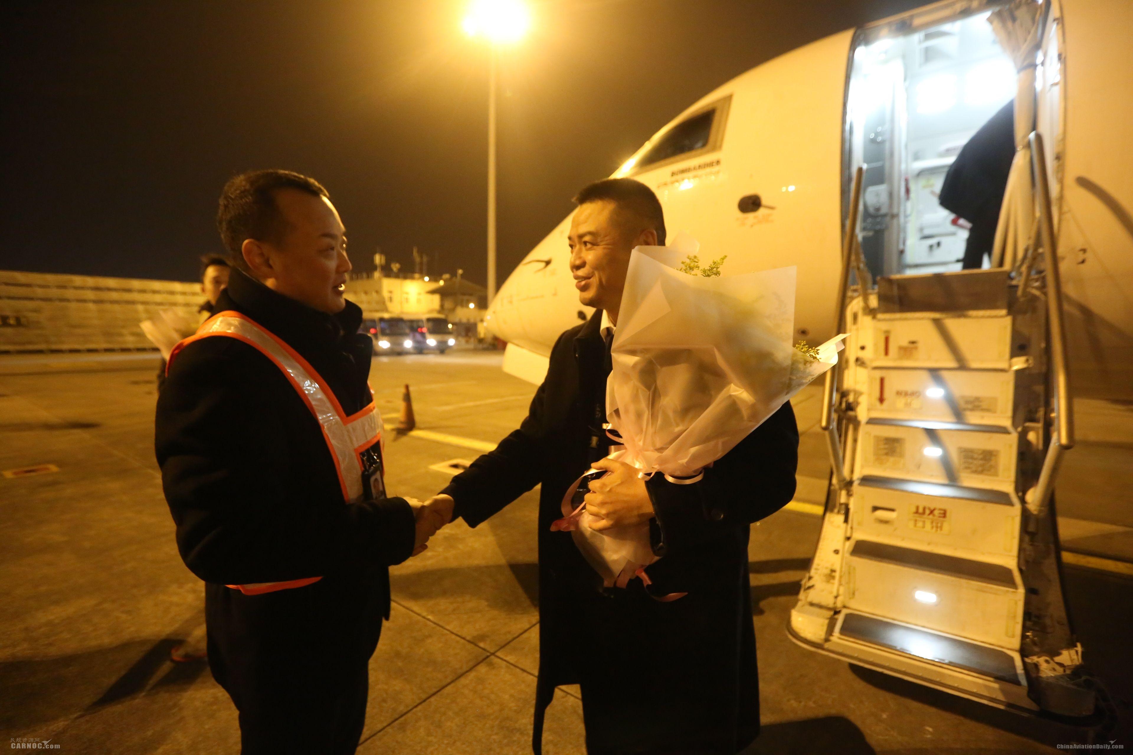 华夏航空总裁吴龙江慰问该航班机组。华夏航空供图