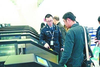 武汉天河机场出入境边检站自助通道启用