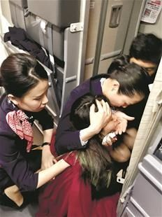 机上乘客突然晕倒 东航乘务组万米高空紧急救助