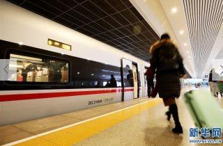 """1月5日,旅客在上海虹桥站搭乘G16次""""复兴号""""高铁列车前往北京南站。  新华社记者 方喆 摄"""