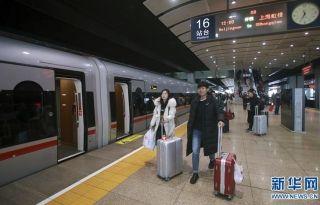 """1月5日,旅客登上即将从北京南站首发的超长版时速350公里""""复兴号""""G9次动车组。 新华社发(陈晓根 摄)"""