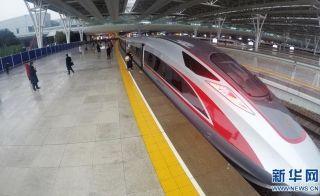 """1月5日,G16次""""复兴号""""高铁列车停靠在上海虹桥站站台。 新华社记者 方喆 摄"""