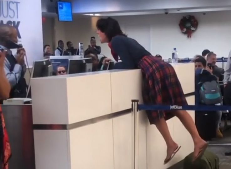 美国一名女子喝醉失控被拒登机 大闹机场后遭到逮捕