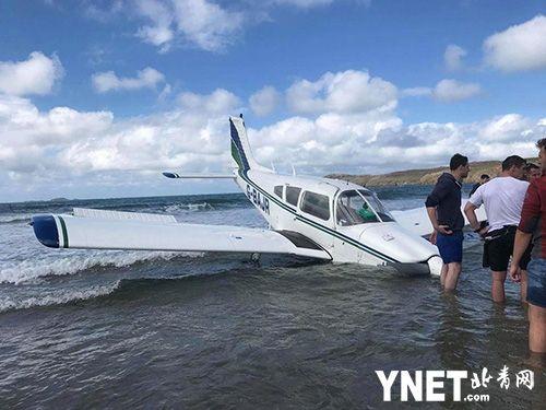 为避免冲撞沙滩上人群 英飞行员将飞机降到海里