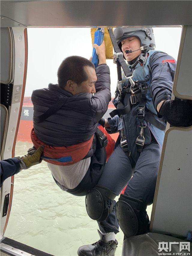 船员突发疾病 东二飞直升机28分钟救回
