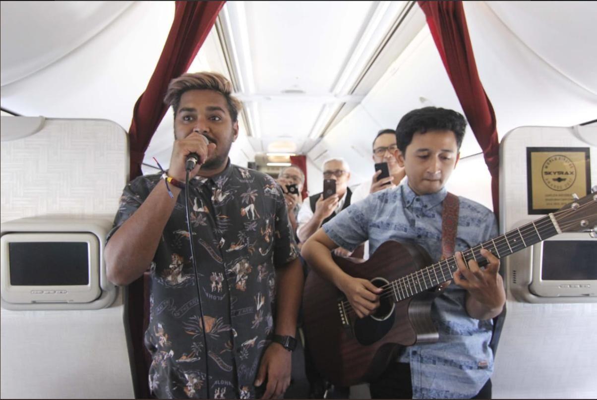 为吸引千禧一代 印尼鹰航开始在其航班上提供音乐表演来招待乘客