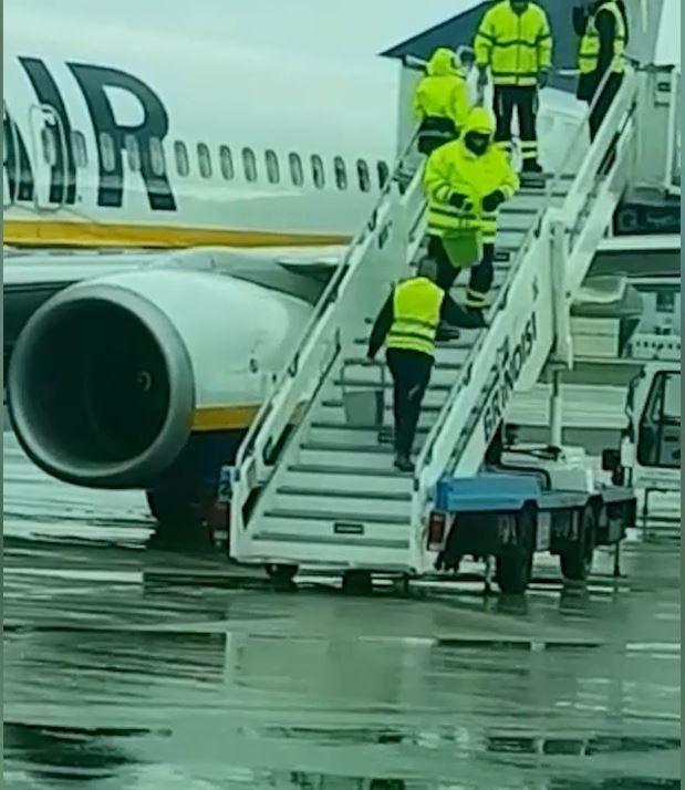 我们不一样!瑞安航空用水桶往机翼上浇开水除冰