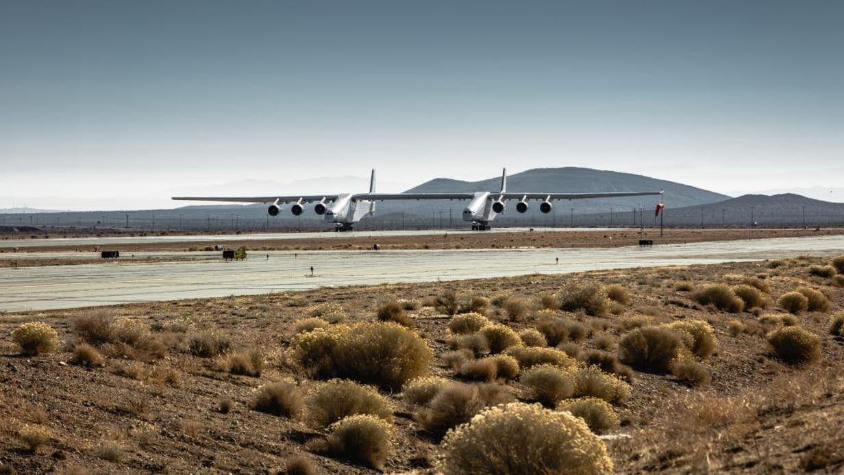 世界最大飞机首飞前滑行试验 接近升空所需速度