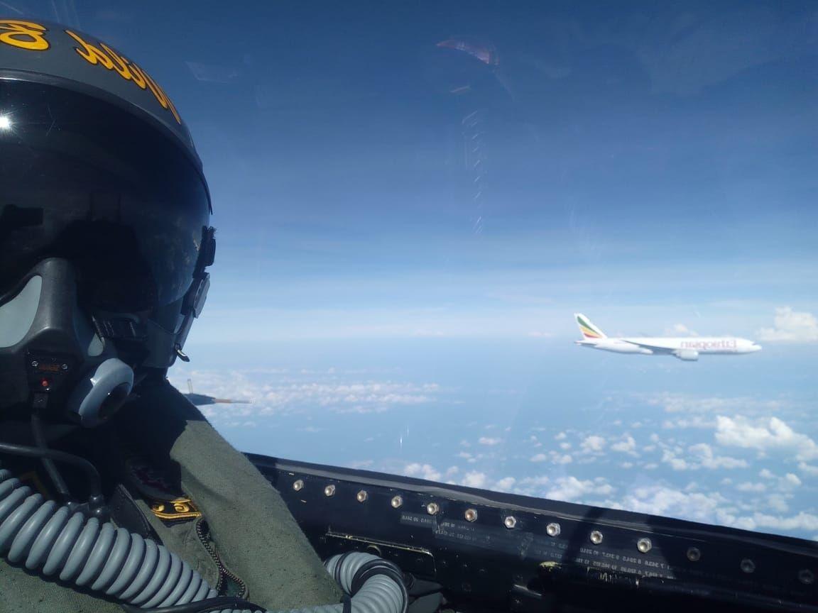 一架777貨機闖入印尼領空 2架F16戰機逼其降落