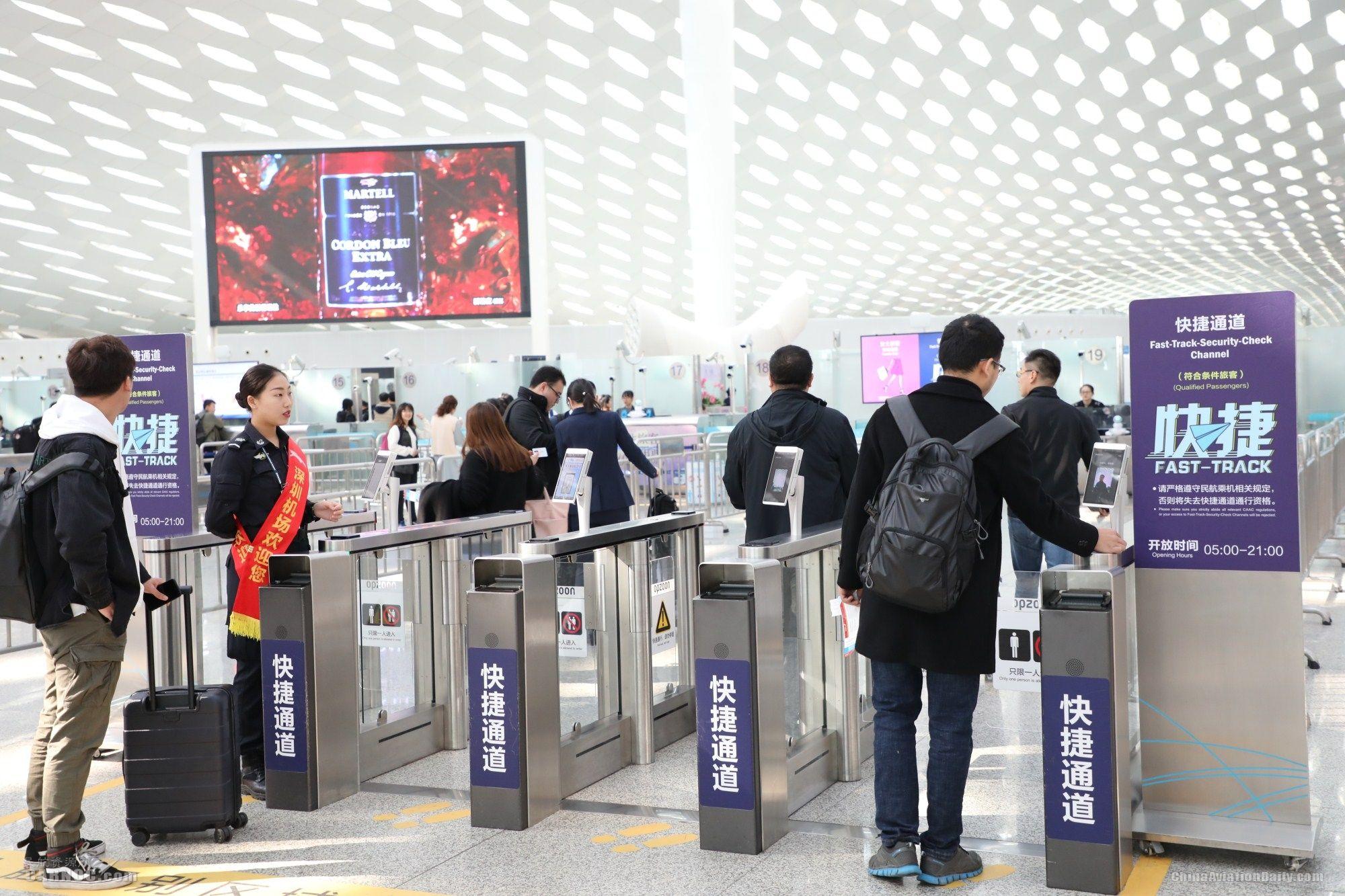 深圳机场春运首日,旅客手持二维码轻松登机