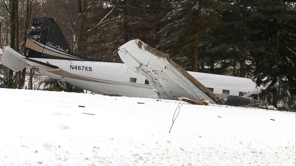 美国一架机龄77年的飞机坠毁 两人丧生