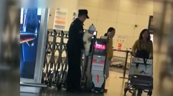 視頻:有人在機場抱娃!還收獲了3.6萬的贊