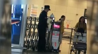 视频:有人在机场抱娃!还收获了3.6万的赞