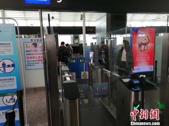 """中国民航首条""""自助智能安检通道""""在广州启用"""