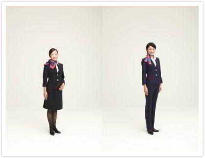 JAL自2012年开始统一制服:女性空乘(左)、地勤(右)的制服,可见地勤仅仅从裙子换成了裤子(图源ANA官网:http://press.jal.co.jp/ja/release/201212/001616.html)