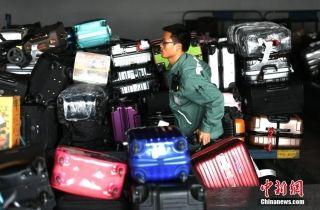 图集|春运里的机场行李装卸工 每人每天分拣千余件