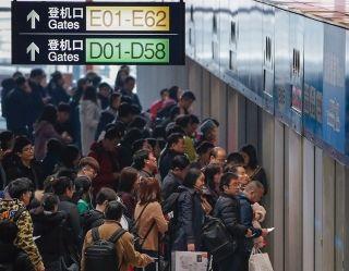 由T3航站楼出发前往T3D和T3E的旅客,在等待机场捷运。 (摄影:陶冉)