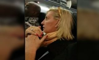 不满坐在两位胖乘客中间 女子机上怒骂她们是猪