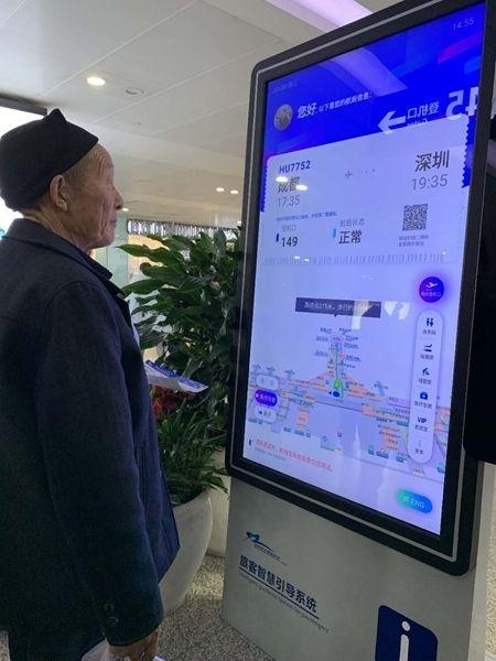 成都机场启用旅客智慧引导系统 刷脸可查登机口