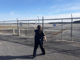 美国男子驾车闯进机场跑道上转圈漂移 已被逮捕