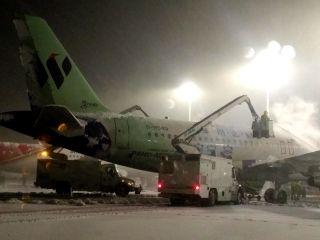合肥机场受大雪影响短时关闭