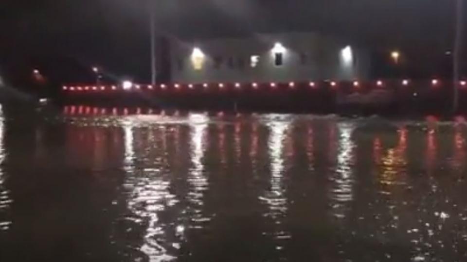 阿根廷El Palomar机场被淹 导致乘客无法下机
