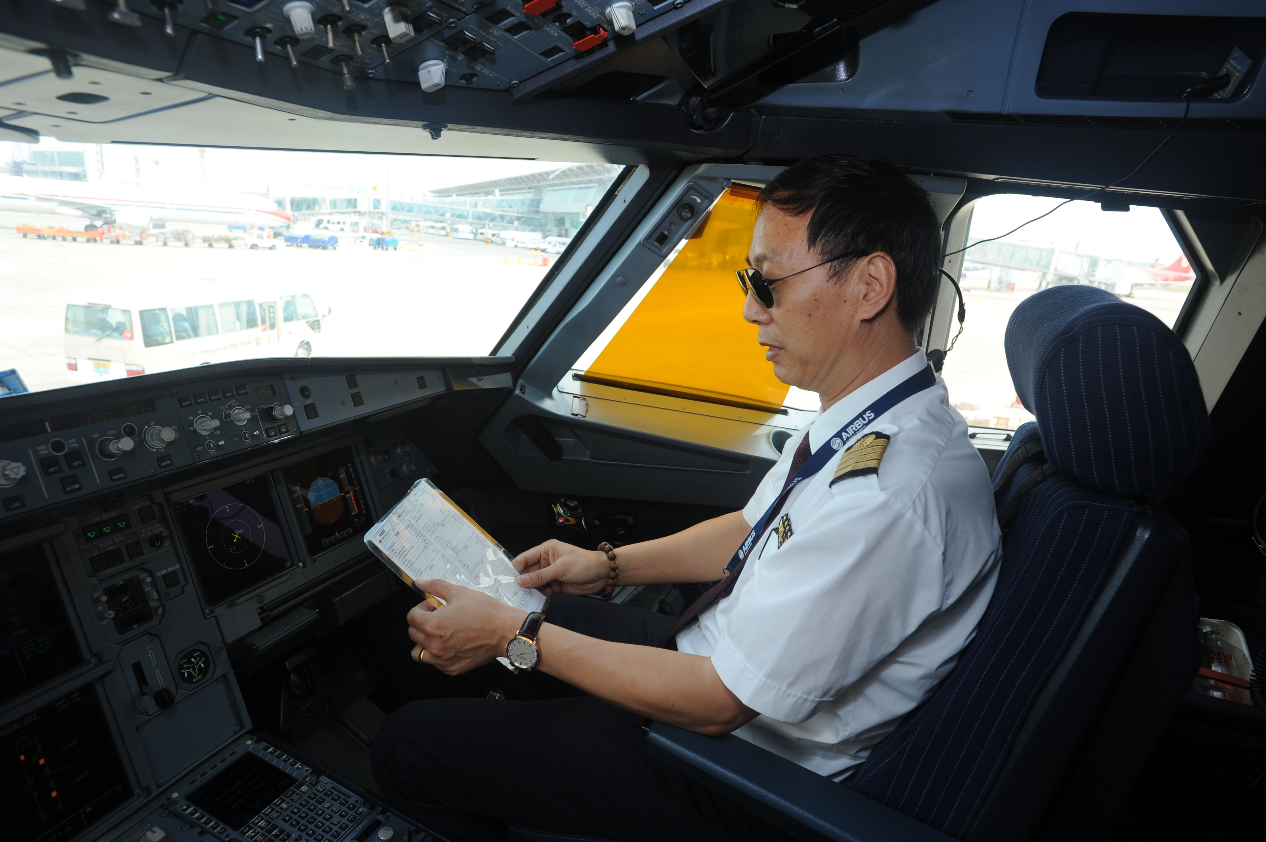 东航父子飞行员春运心声:万家团圆是我们的心愿
