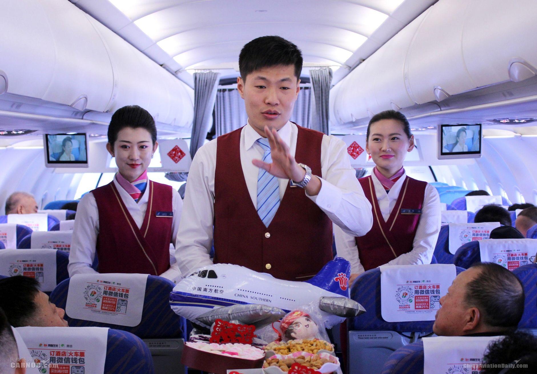 万米高空,南航大连乘务组与旅客共庆新春