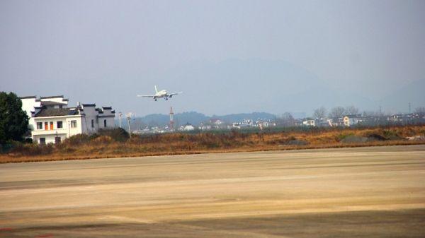 澜湄航空LQ850航班在黄山屯溪国际机场进近