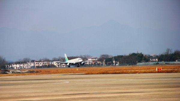 澜湄航空LQ850航班平稳着陆在黄山屯溪国际机场
