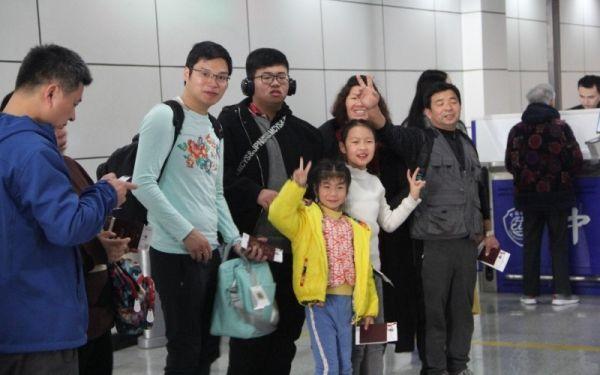 正在黄山航空口岸排队办理手续的旅客